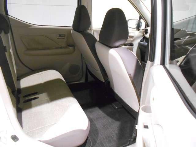 後部座席は足元が広くゆったりとくつろぐことができます♪ベンチシートなのでゆったりと座れます!