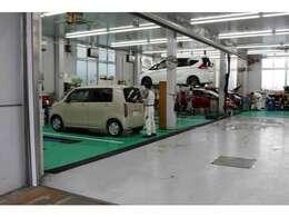 当社は展示場に全て整備工場が併設しています。最新鋭の整備機器と高技術を有する整備士が整備を担当。