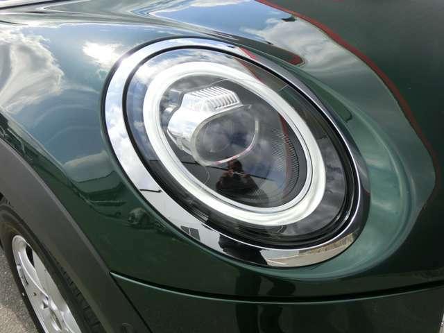 LEDヘッドライトは太陽光に近い光でとても明るく、夜間運転のストレスを軽減してくれます。