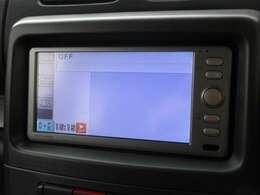 ナビゲーションは純正メモリーナビを装着しております。AM、FM、CD、ワンセグTVがご使用いただけます。初めて訪れた場所でも道に迷わず安心ですね!