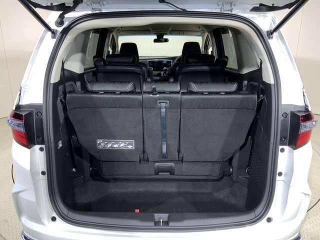 大容量ラゲッジアンダースペースで3列のままでも荷物を積むことが出来ます。
