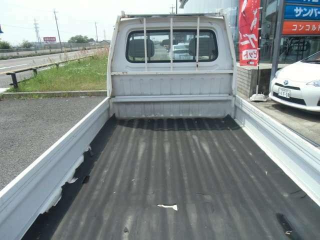 荷台の状態です。ゴムシートを使用していて荷台も年式の割りにキレイかと思います。