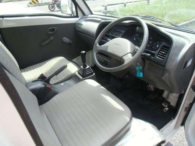 運転席から見た前席シートの状態です。比較的キレイな状態です。