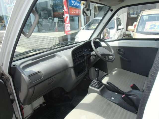 助手席から見た前席シートと前周りの状態です。比較的キレイな状態です。