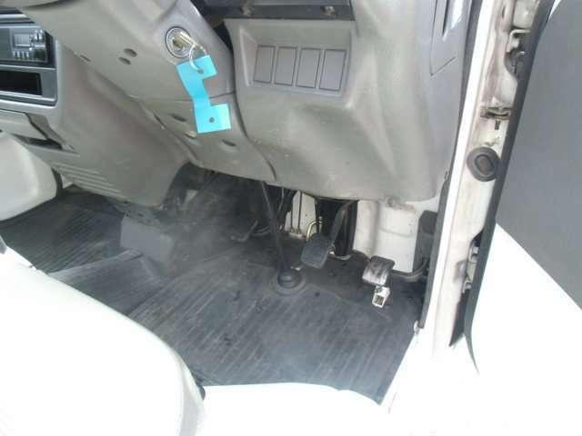 運転席側足元の状態です。比較的キレイな状態です。