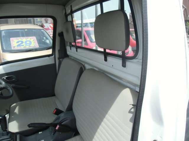 助手席から見た前席シートの状態です。比較的キレイな状態です。