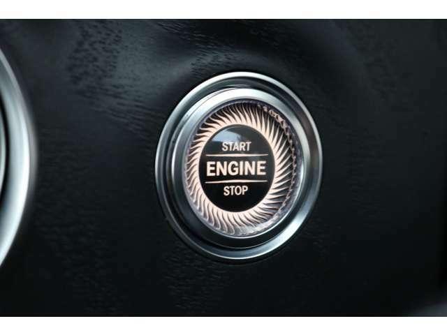 キーを携帯したままドアノブに手をかざすとドアの施錠・開錠が行えるスマートエントリーシステムです!お洒落なデザインのボタンを押すだけでエンジンのスタート&ストップができるキーレススタートボタン!