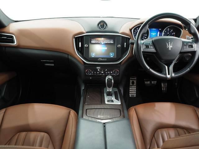 インテリアは8方向電動調整式フロントシート、が装備され、スポーティーな走りの楽しみと快適性を両立。