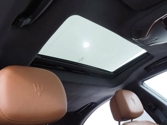 上質なルーフに人気純正オプションのサンルーフ装備。車内に開放感をプラス。