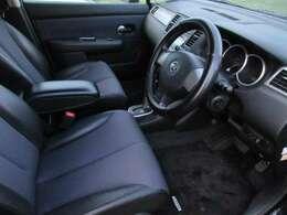 シートリフター機能も装備しておりますので、小柄の方でも前方が見やすく運転しやすいお車となっております♪車内に嫌な臭いなどもなく、清潔感がございます♪