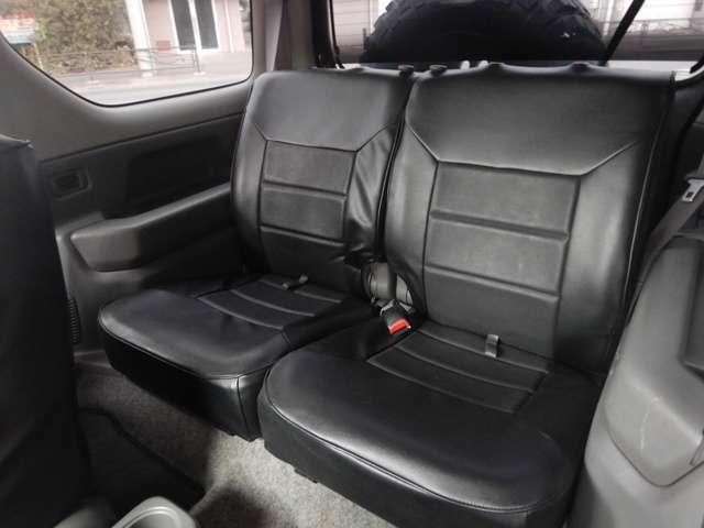 後部座席も頭上、足元共に余裕あります。