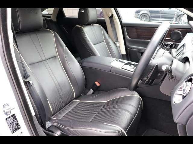 ドライバーの疲労を最小限に抑えるように設計されたシートでドライブをお楽しみください。長距離ドライブも快適にお過ごしいただけます。