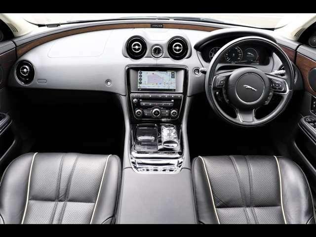 高級車種ならではの落ち着きある雰囲気と洗練されたデザインから織りなす内装は、上質な快適さと運転しやすさををお約束する仕上がりになっております。