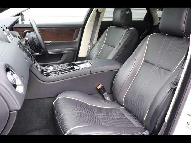エボニーレザーを採用し、高級感漂うインテリアを演出します。また運転席は使用感も少なく綺麗な状態で入庫しております。ブラックのレザーは飽きが来なく長くご愛用頂けます。