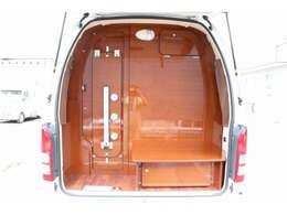 リアに大型マルチスペース☆ポータブルトイレやポータブ冷蔵庫を設置できます☆