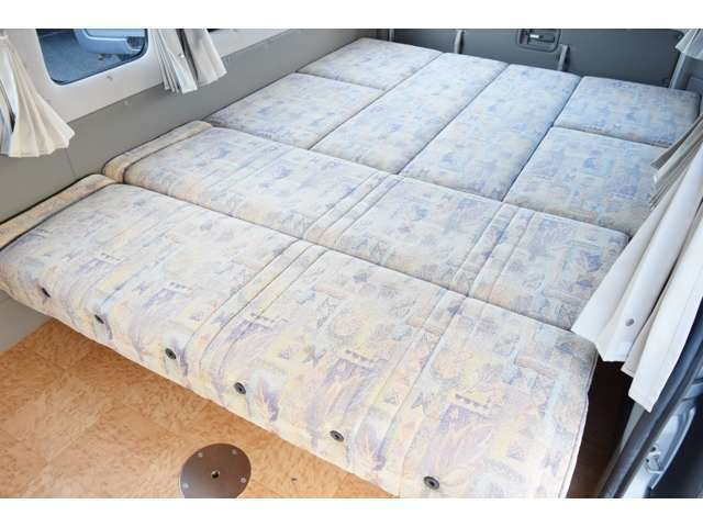 広々ベットに展開可能です!大人3名就寝となります!
