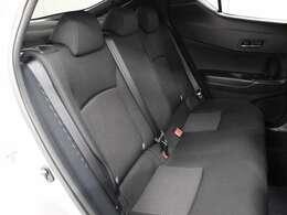 最適なパッド厚を追求した座り心地の良いリヤシートが採用されています。