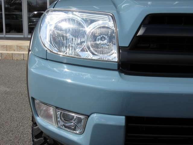 少走行にて良質な純正品ヘッドライト装着車両ですので、ライトのレンズ面や、内部の鏡面部品もピカピカ☆です♪ バンパーには照射能力が高いフォグランプも装備されています☆ 暗い夜道も安心して運転できますね♪