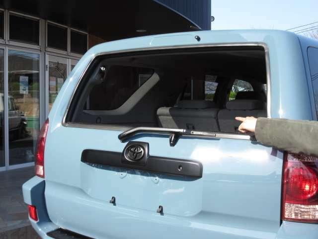 215サーフのトランクガラスはパワーウインドウ式になっています♪(窓ガラス同様の) アウトドアや、お買い物でとっても嬉しい便利機能です♪