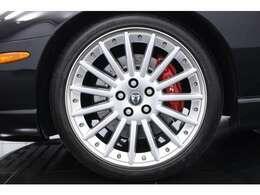 マルチスポークのアルミホイールがイギリス車らしい優雅なスタイリングを生み出しております。