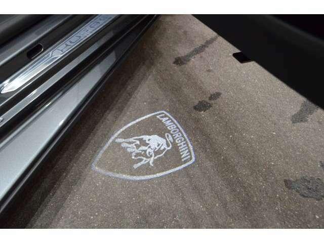 ドアを開けるとランボルギーニのロゴが足元を照らします。