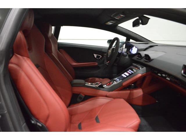 オプションのElegante Leather Bicolorにより、ブラックとワインレッドのツートンカラーのインテリア。