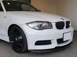 BMW 135iは、シンプルな2ドアクーペです! 外装の特徴としては標準で装備されているMスポーツ・パッケージのエアロパーツです!