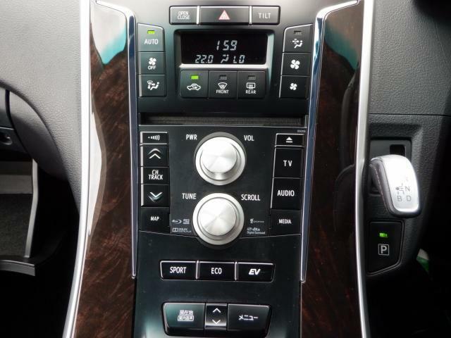 空調操作、ナビ操作、運転走行モード切り替えスイッチなどなど、すぐ手の届くところにございます♪