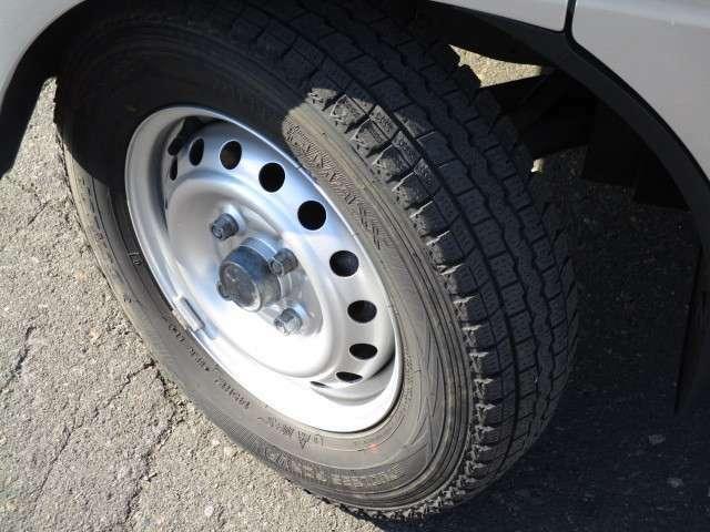 タイヤサイズは、145R12です。