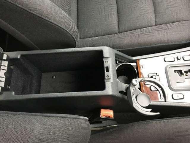 収納可能な二人用カップホルダーも国産車にはない独特なギミックで真面目なドイツ車の中で遊び心を感じます