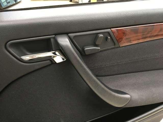 運転席、助手席ともにパワーシート付で体格の小さな女性でもシートが持ち上げれるので安心して運転可能です