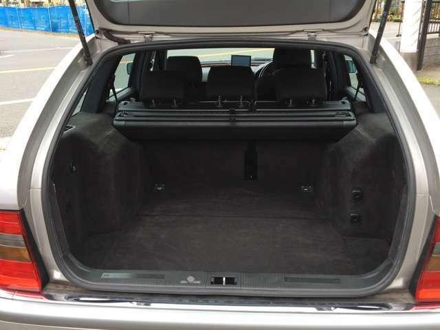 ステーションワゴンながら大きな荷室の収納量はアウトドアやDIY派の強い味方です シートを畳めば約188センチまでの長物も積めます トノカバーとドックガードもあり荷物の目隠しや大型愛犬とのドライブも可能です