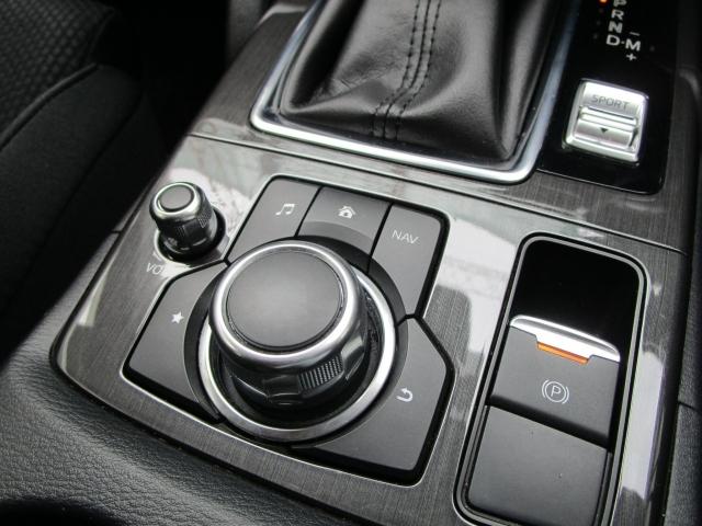 【マツダコネクトコマンダーコントロール】手元を見ることなく操作できるように、シンプルかつ多彩な機能を併せ持つコマンダーコントロール!ボタンの配置を覚えてしまえば、使いやすさも実感できますよ!