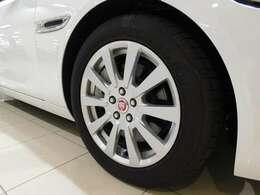 標準仕様の17インチ10スポーク 【スタイル1047】 を装備しています。タイヤサイズは205/55R17です。