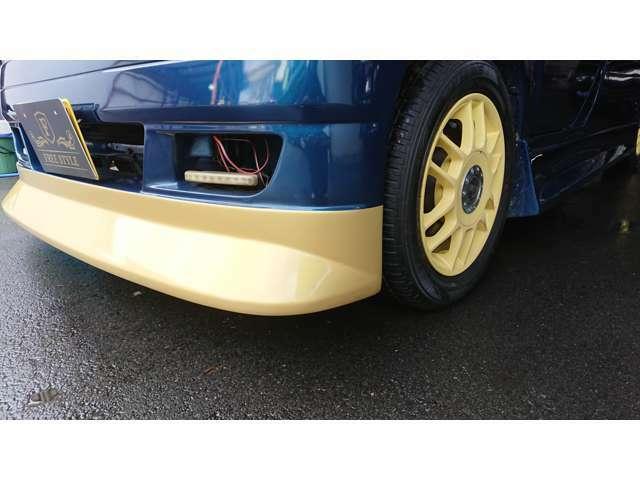 大型ワイドなフロントバンパー一体型のリップ!!グリルと同色塗装で高級感を演出!!