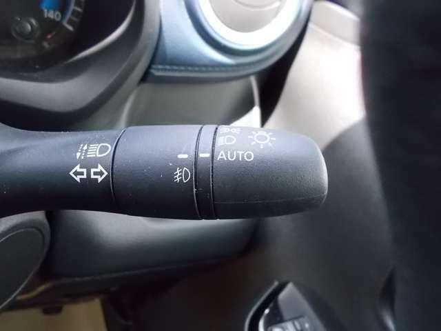 夕暮れ時やトンネル入り口などで点灯するなど、周囲の明るさに応じてヘッドライトを自動で点灯・消灯するスマートなオートライトシステムです。