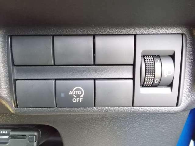 アイドリングストップ機能付です。特別な操作をしなくても、普段通りの運転をするだけで、エコドライブができる機能です。OFFボタンがありますので、必要に応じて使い分けてください。