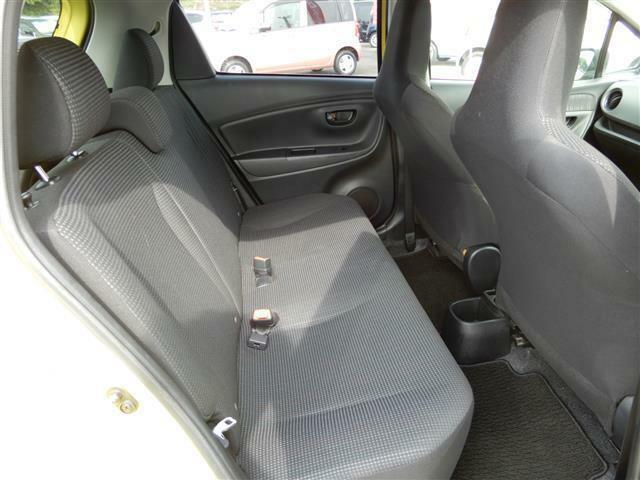 コンパクトカーですが、後部座席は足元ゆったりで快適に過ごせますよ!!