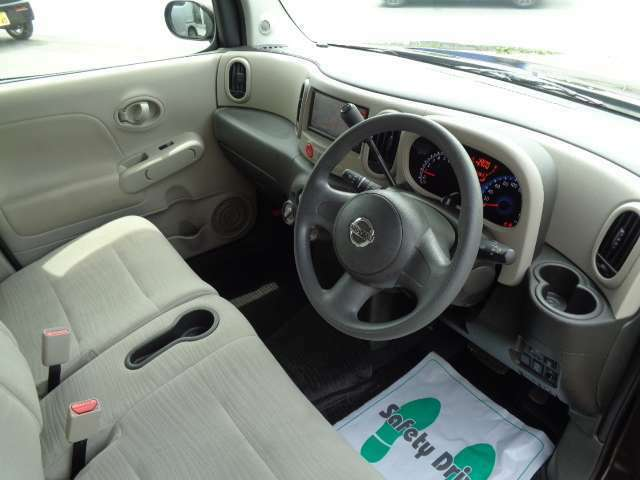 運転席と助手席の足元がつながっているベンチシートなので運転席と助手席を自由に行き来しやすいんです♪♪狭い駐車場でも助手席側からスムーズに乗り降りできます♪