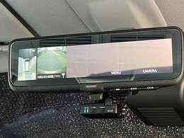 後ろを見るとき車内が邪魔にならない、デジタルルームミラー。バックモニターも付いています。