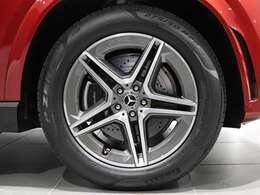 【AMGの大径アルミホイールを装着】20インチの大径AMG5ツインスポークアルミホイールとMercedes-Benzロゴ入りブレーキキャリパー。