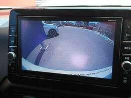 バックビューモニターです。後退時、後方をモニターで直接見ることができます。また高感度カメラですので僅かな光でもくっきりと見ることができるので夜でも安心して駐車出来ます。