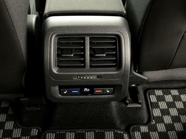 2列目シートから操作できる後席用操作スイッチを設置