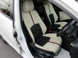 立体感があり、シート中央部とサイド部をくっきりと分断したサポート性の高い形状のシートは「人馬一体」感を強く演出します。