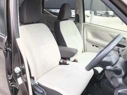明るいカラーのフロントシートは、ベンチシートで乗り心地も良好