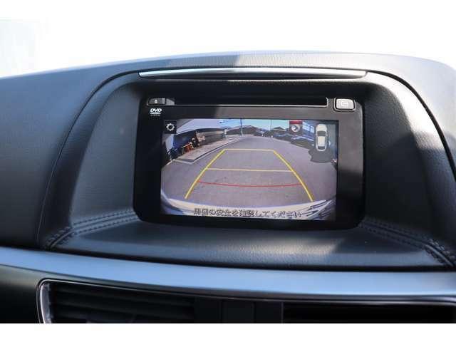左サイドカメラ、バックカメラが付いています。さらにリアにはパーキングセンサーが付いていますのでバックでの車庫入れも安心です。