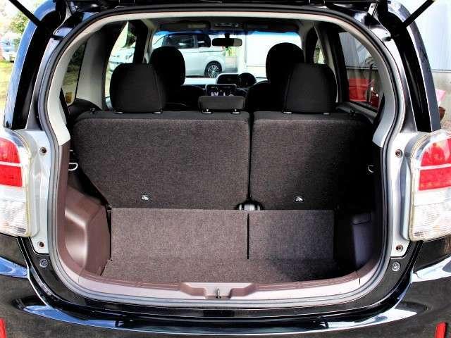 ★トランクルーム画像★後席は2分割で倒せるため荷物に合わせた収納スペースを作れます。