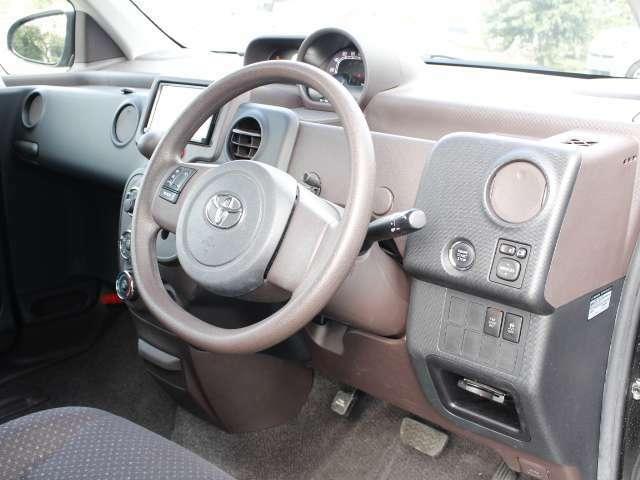 フロントガラスの見晴らしもよく運転しやすい車両です。