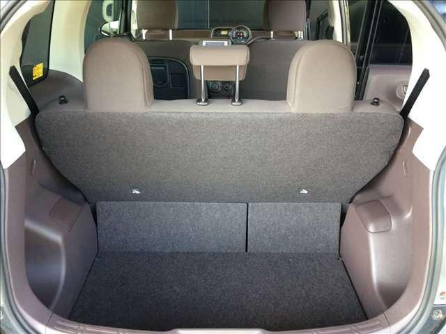 お荷物の目隠しをしてくれるトノカバー付きのラゲッジスペース、バンパーのすぐ上まで開くので荷物の積み下ろしも楽ですよ。トランク内は、床面を少し下げて、荷物の固定が容易です。フラットで使い易いトランクです