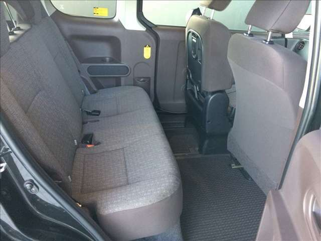 広々とした空間が特徴の綺麗・清潔なリヤシートです。クリーニング&抗菌処理済みですので、お子様を乗せる際も安心です!